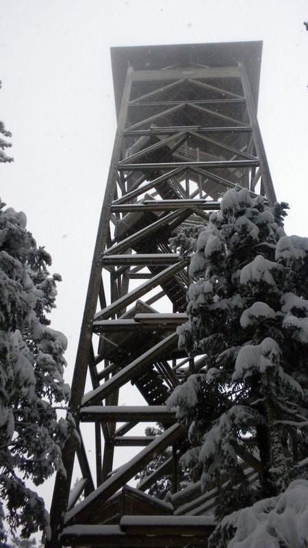 der winterliche Chuderhüsiturm lädt heute nicht für Aussichten ein