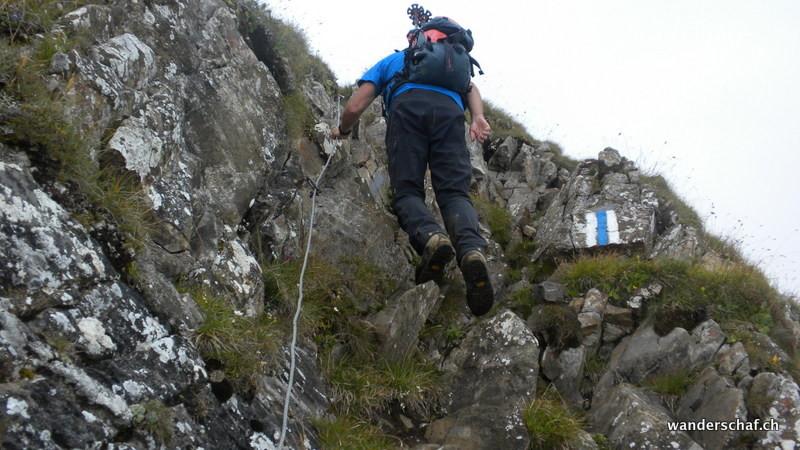 auch kurz unter dem Gipfel hilft ein Drahtseil