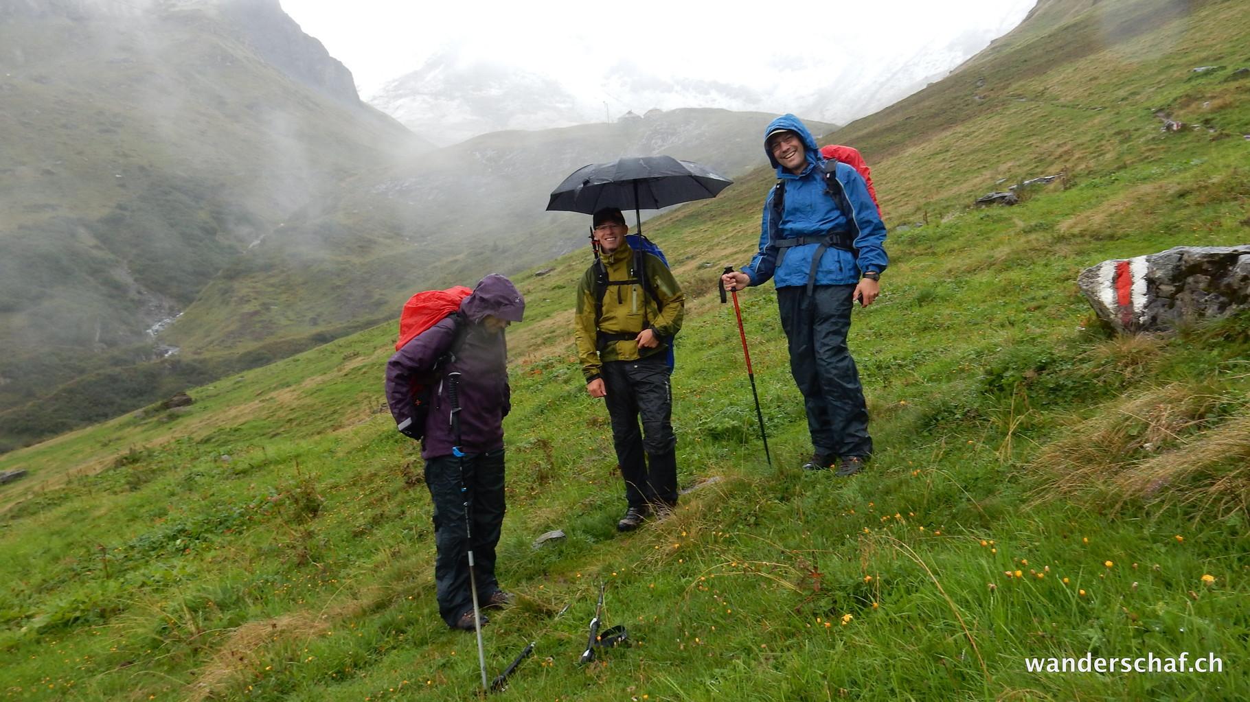 am nächsten Tag wird der Regen zu unserem zusätzlichen Begleiter