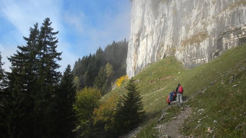 der Bergweg führt uns entlang der Zislerwände