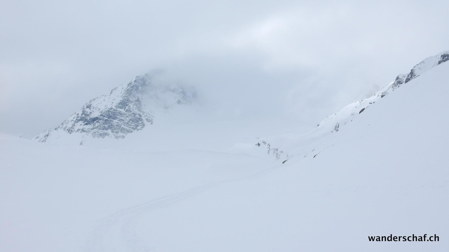 endlich lichtet sich der Nebel etwas und wir können einen Blick Richtung Forcellina Pass erhaschen