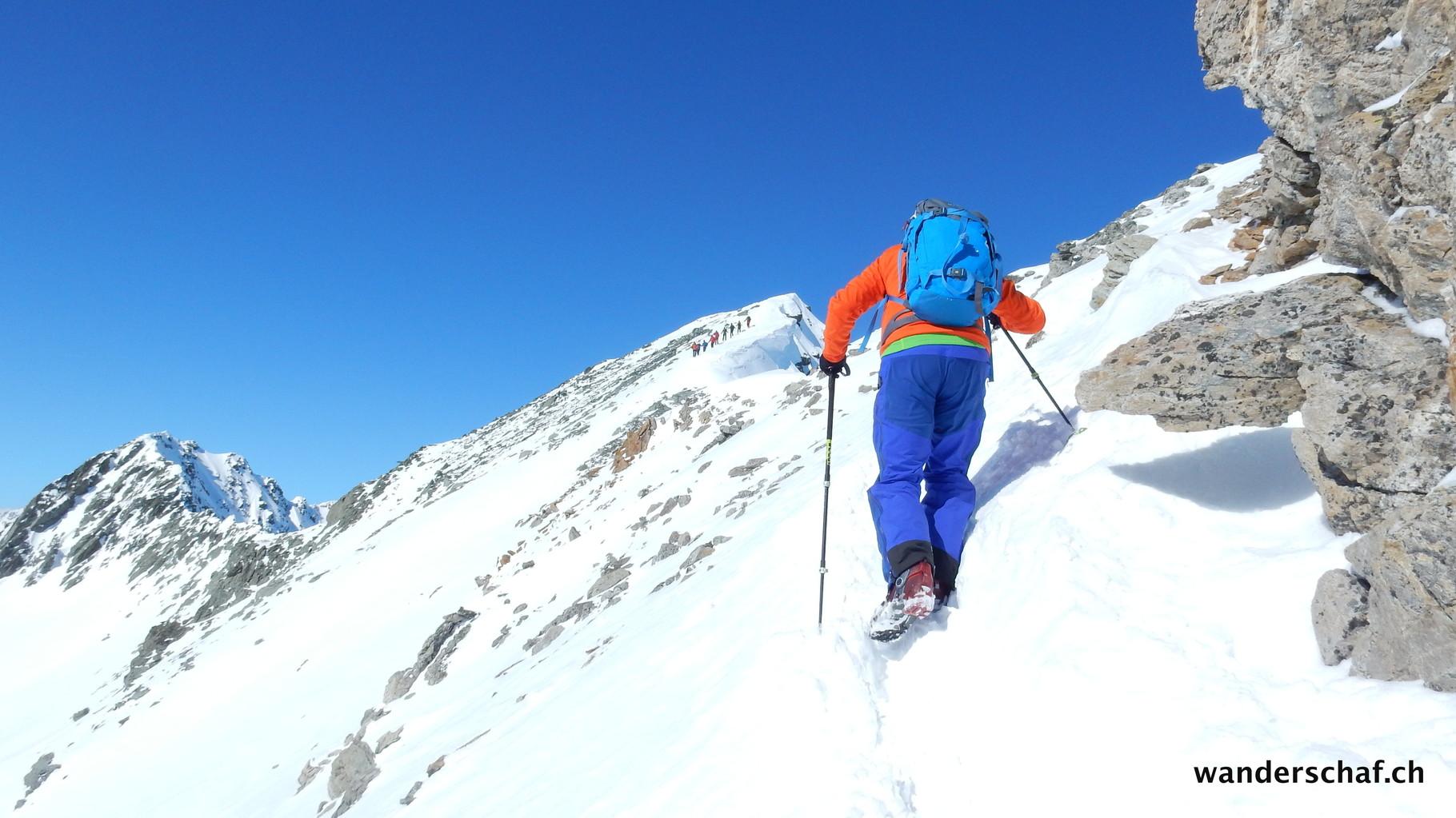 Zu Fuss geht's über den Grat zum Gipfel vom Piz Surgonda