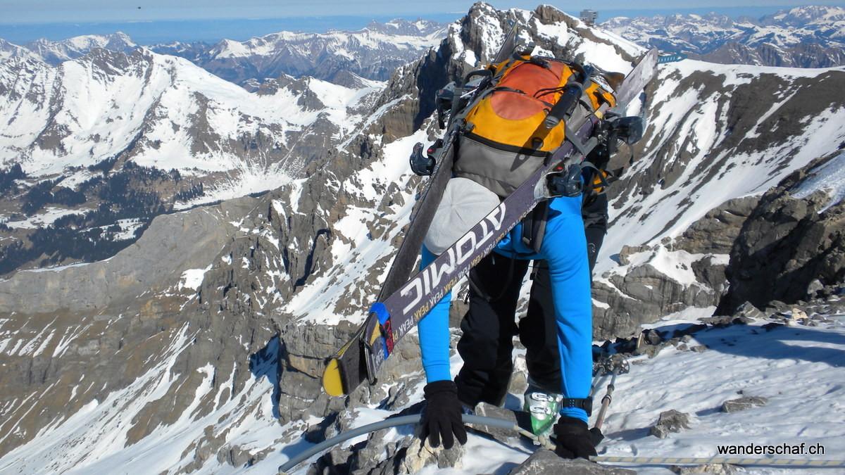 zum Glück ist hier an der Schlüsselstelle am Dôme ein Fixseil, welches uns den Abstieg über die ausgesetzte Felspartie erleichtert