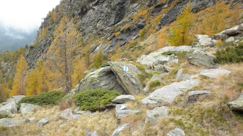 unterhalb der Felswände vom Sasso di Larec geht's weiter