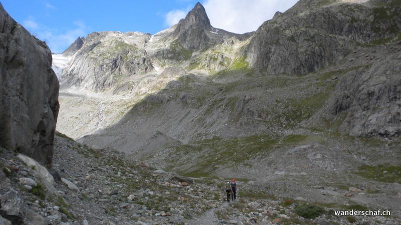 die Zwei wollen den Klettersteig bezwingen