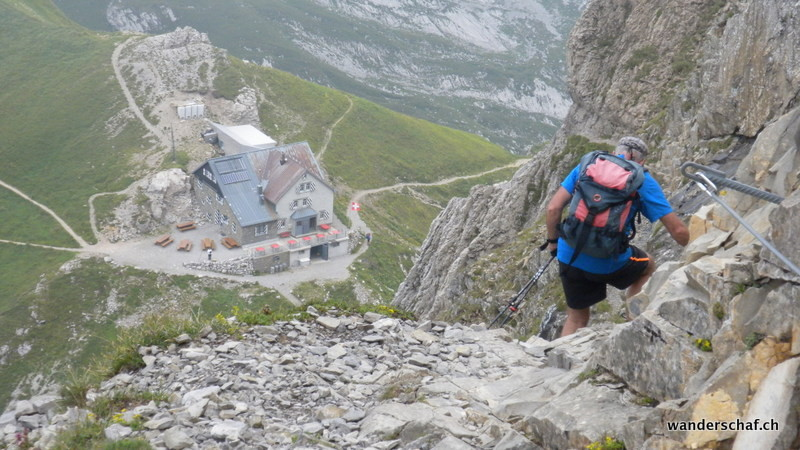 steiler, gut abgesicherter Abstieg zur Rotsteinpasshütte