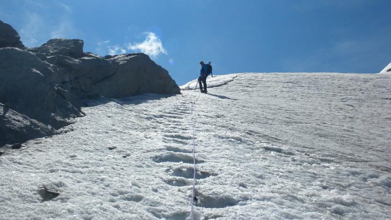 wir sichern uns mit Eisschrauben die steile, blanke Firnflanke hinunter