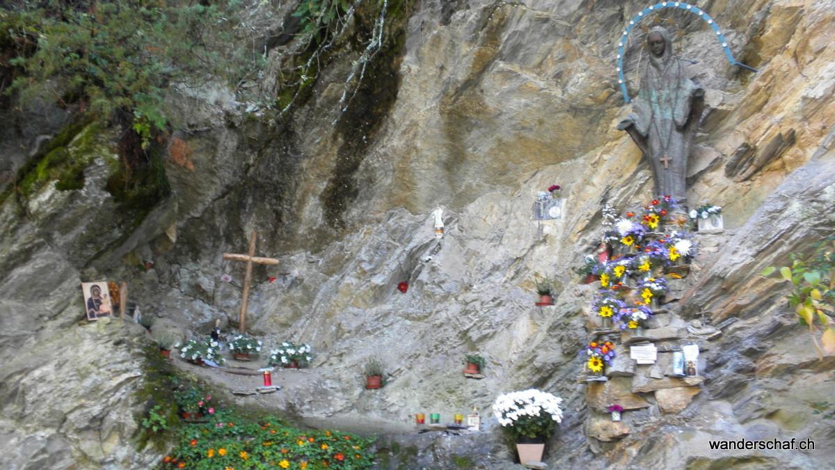eine Lourdes-Grotte unterhalb vom le Châtelard