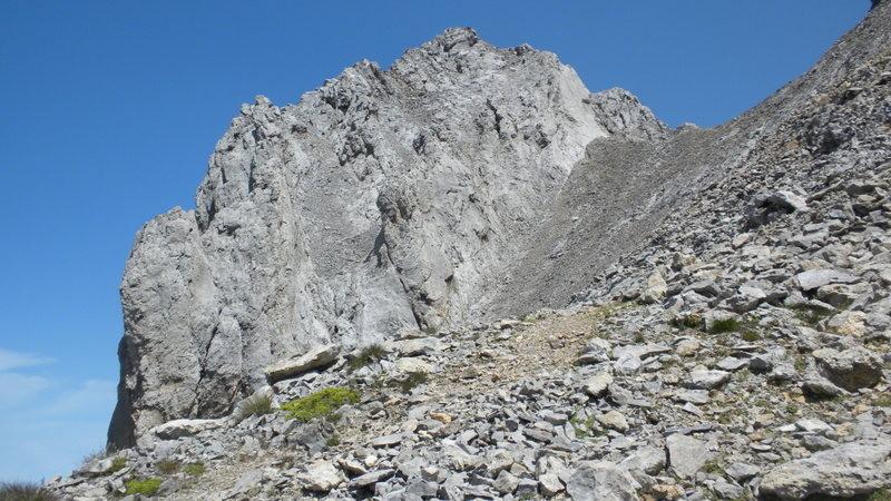 der Gipfelaufbau vom Ärmighorn, der Einstieg in die Kraxlerei befindet sich oben Rechts bei der hellen Platte (ist mit einem blauen Pfeil markiert)