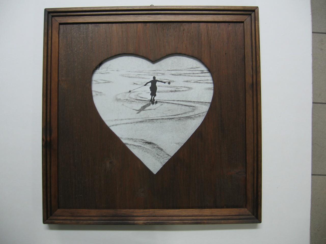 Foto d'epoca con cornice in legno anticato e passepartout in legno con apertura a forma di cuore.