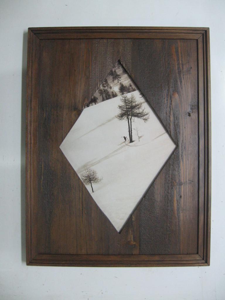 Foto d'epoca con cornice in legno anticato e passepartout in legno con apertura romboidale.