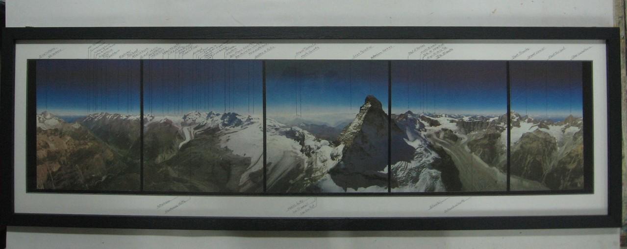 Grande foto panoramica con cornice laccata nera, sul passepartout a smusso sono riportati i nomi delle cime.