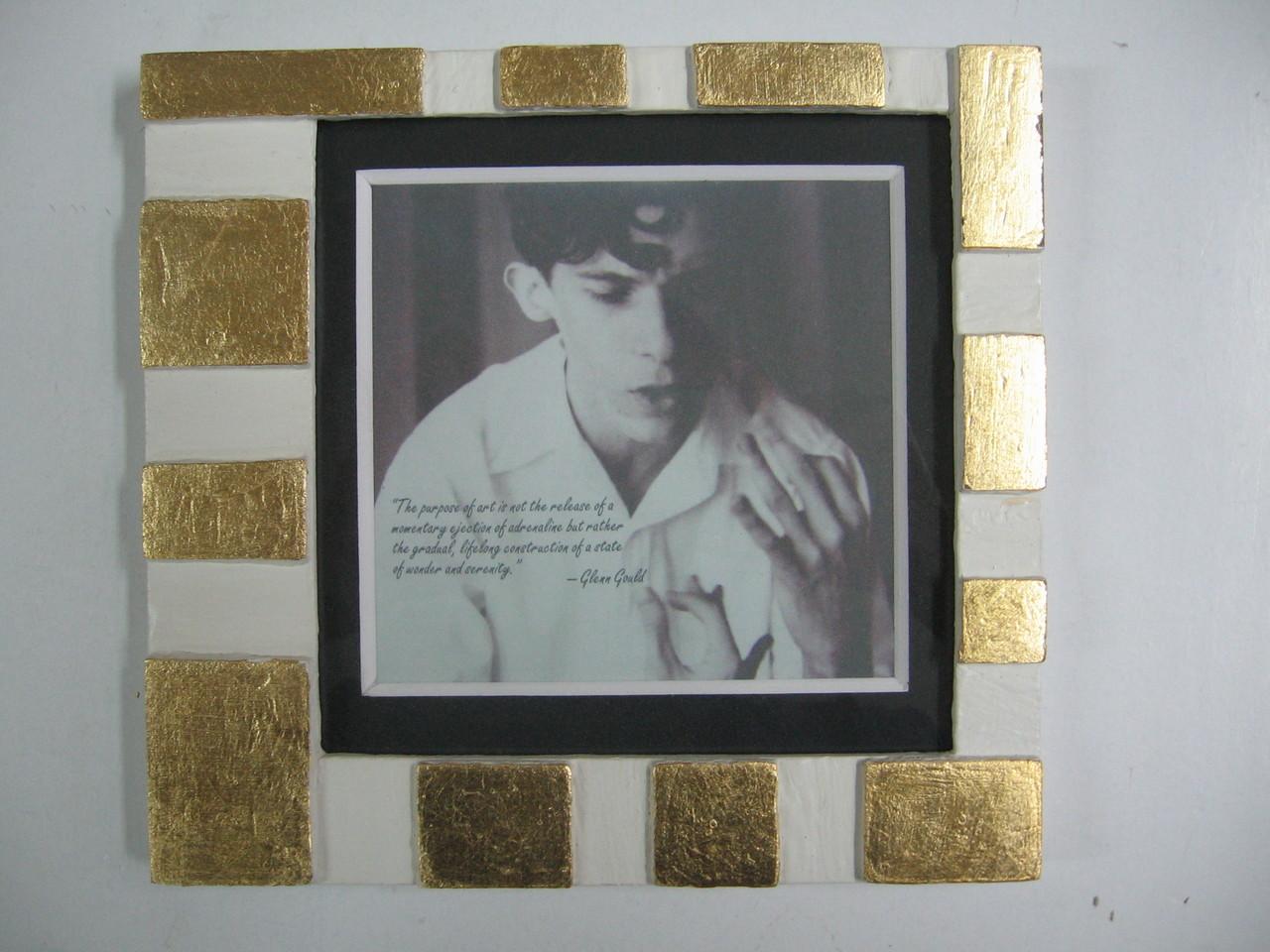 Foto d'autore in bianco/nero con cornice tobler in bianco e foglia oro, passepartout a smusso nero.