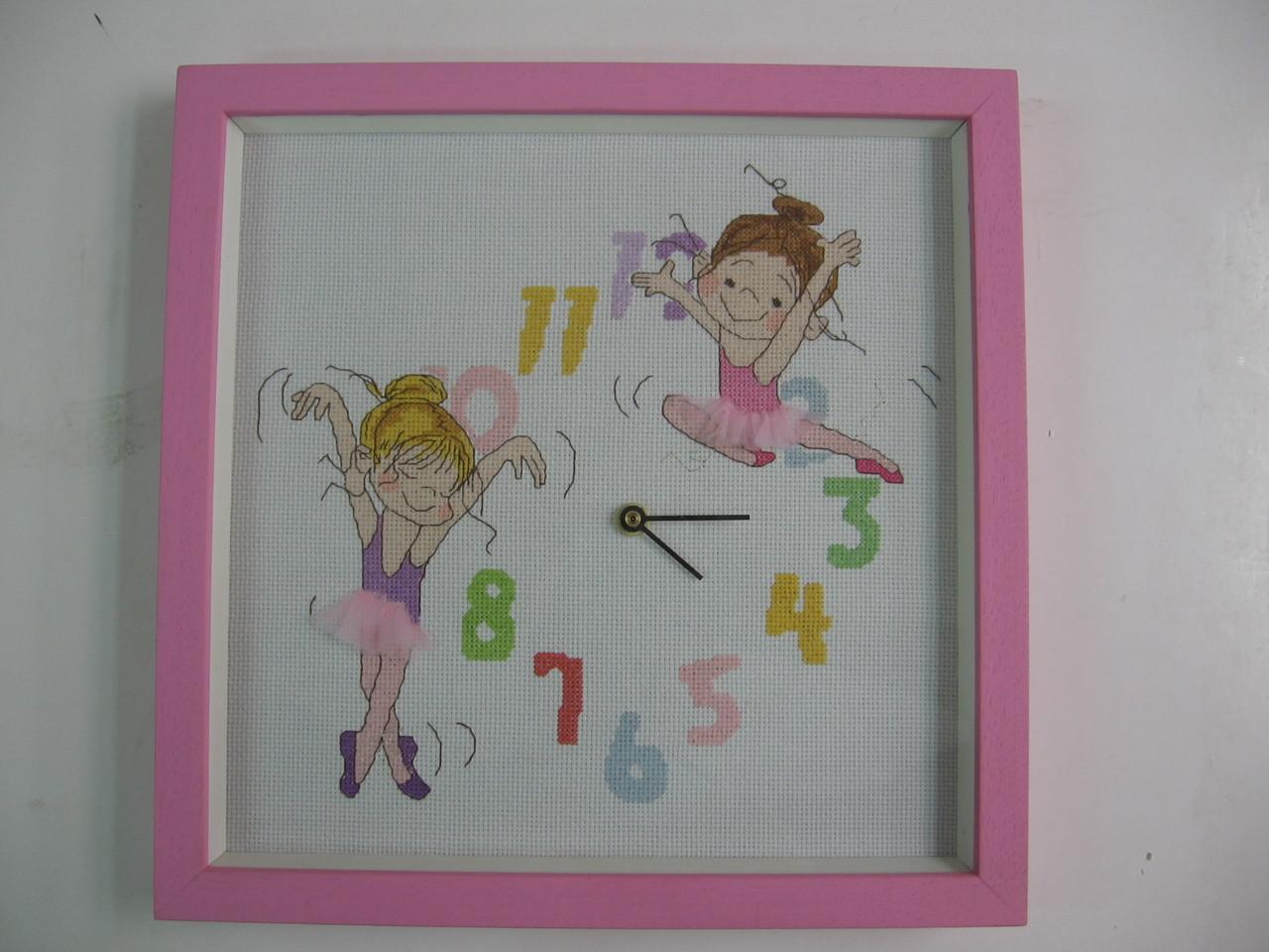 Ricamo su tela aida montato come orologio con cornice a cassetta tinta in rosa.