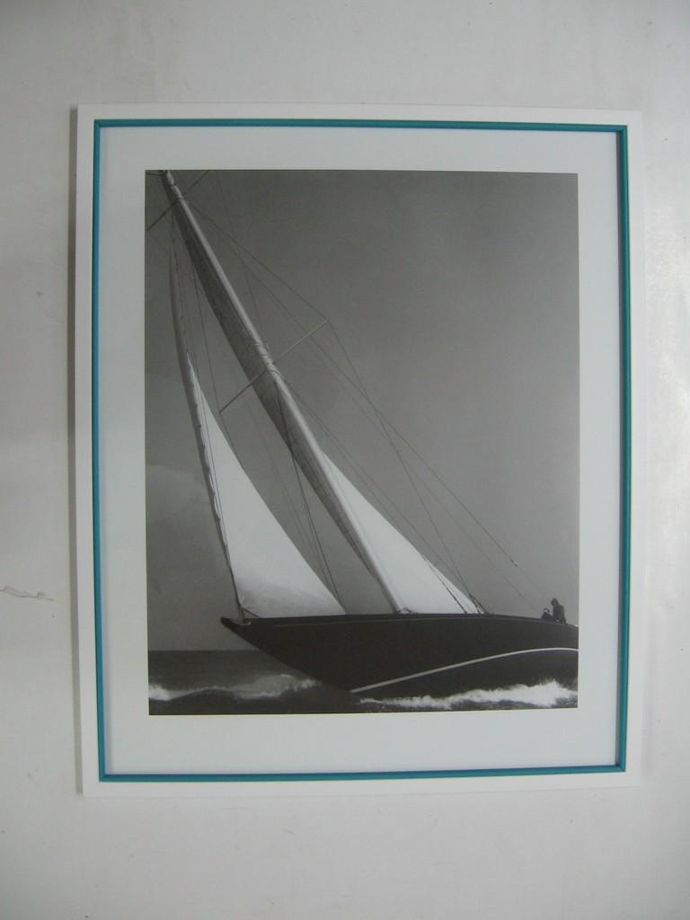 Fotografia d'autore in bianco/nero con cornice bianca e sguscio interno in verde turchese, passepartout a smusso bianco.