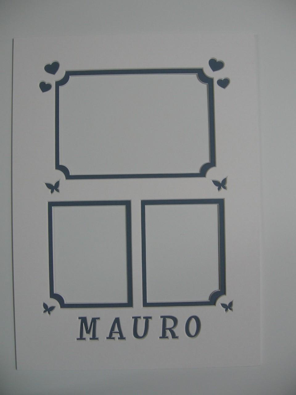Passepartout a smusdso doppio con finestrelle di differenti dimensioni e scritta intagliata.