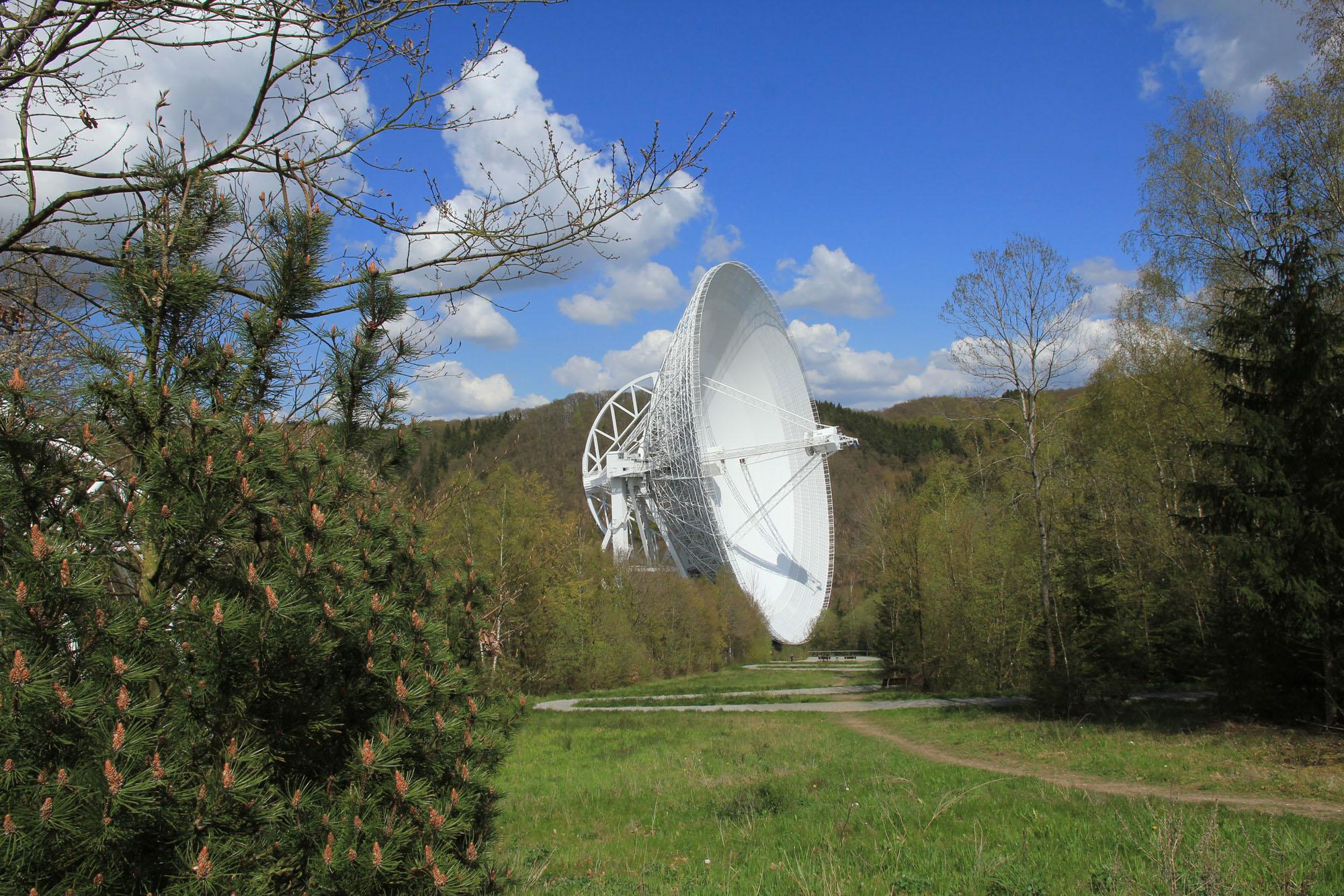 Ein ca. 200 m langer Zickzackweg führt bis zum Aussichtsplateau unmittelbar vor das Radiotelekop | Foto © Norbert Junkes | MPIfR