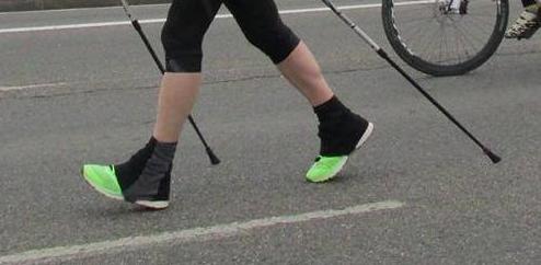 Paso más reducido en amplitud, pero doble apoyo de los pies, evidentemente no trota