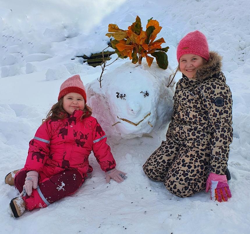 Anni und Greta mit ihrem Schneemonster
