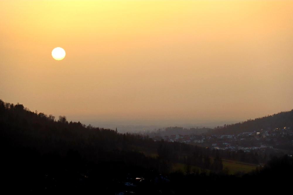 Sonnenuntergang über Hauzenberg bei gelb rötlich verfärbtem Himmel vom Saharastaub