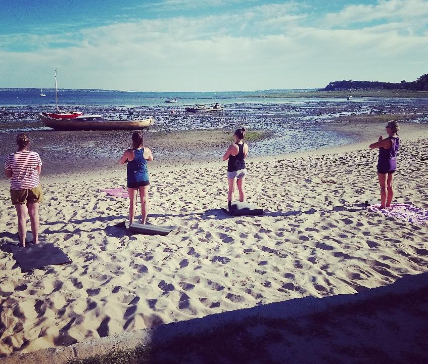 Séance de yoga sur la plage, côté bassin, à Claouey