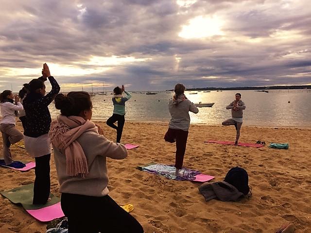 Séance de yoga sur la plage, côté bassin