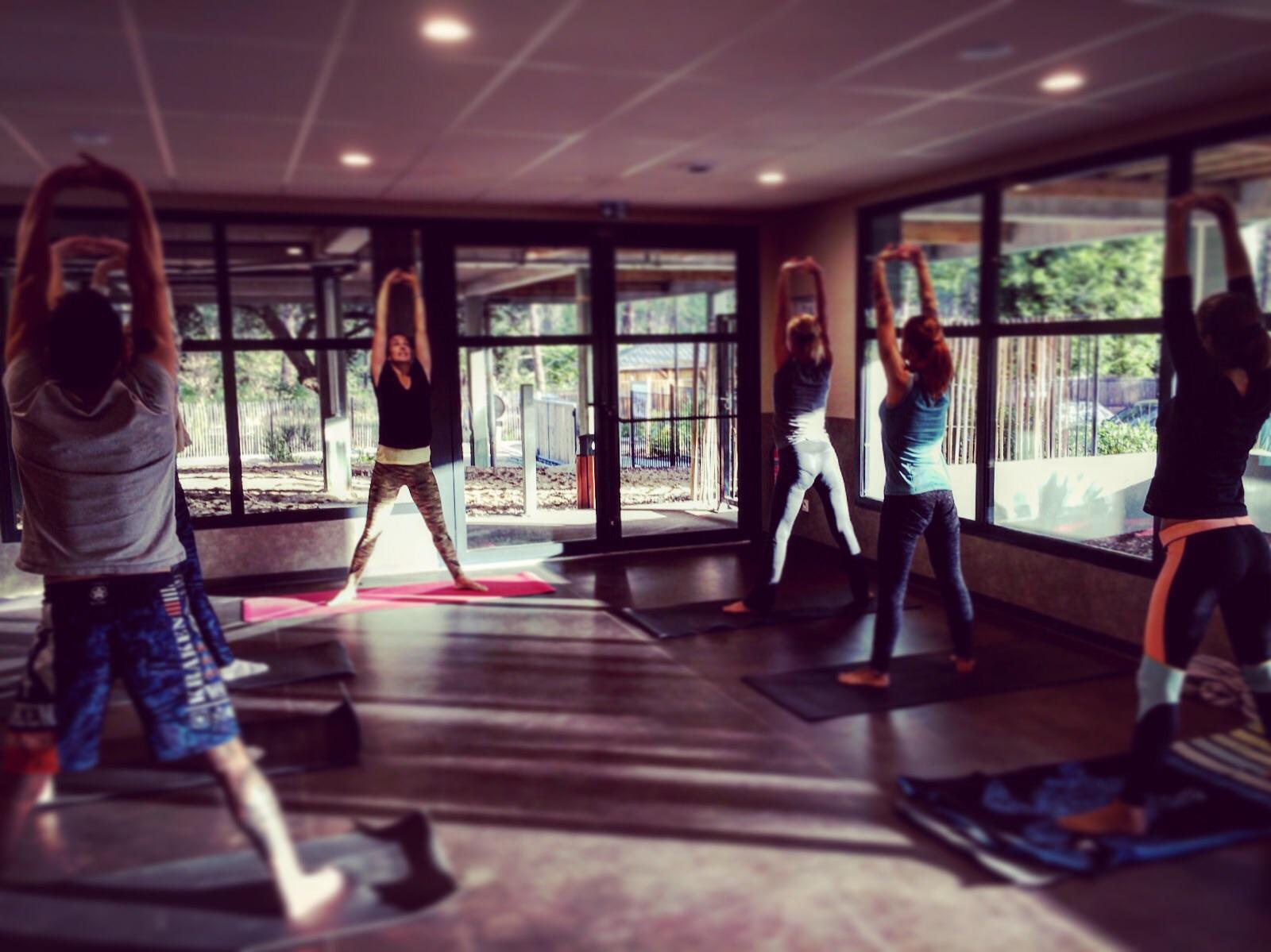 Yoga en salle au Domaine du Ferret - ®YogaEspritSurf