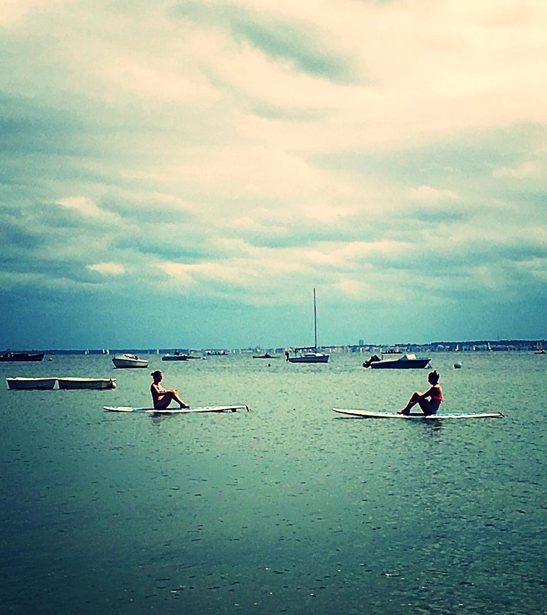 Séance de yoga sur Stand-up-paddle coté bassin
