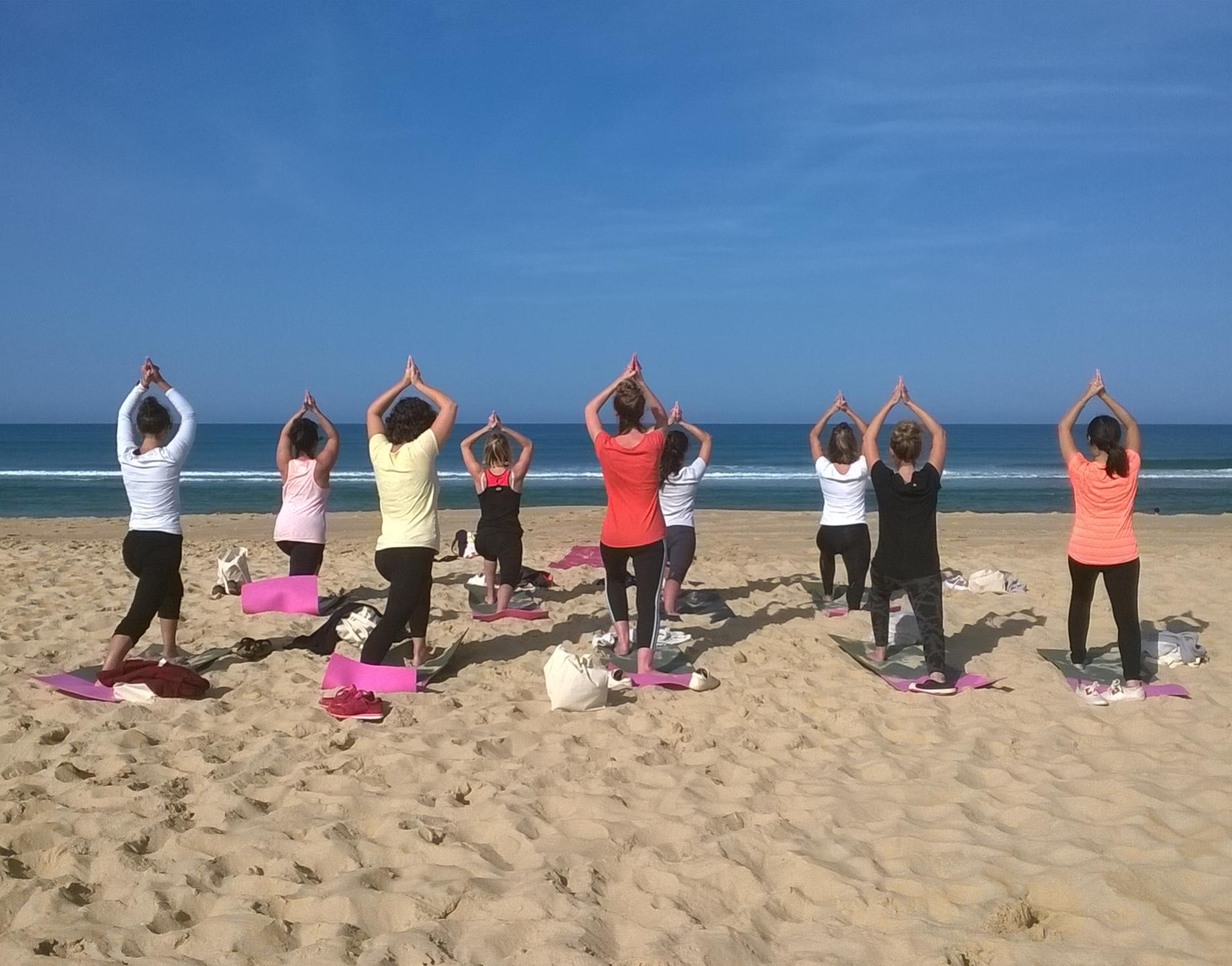 Séance de yoga sur la plage, côté Océan