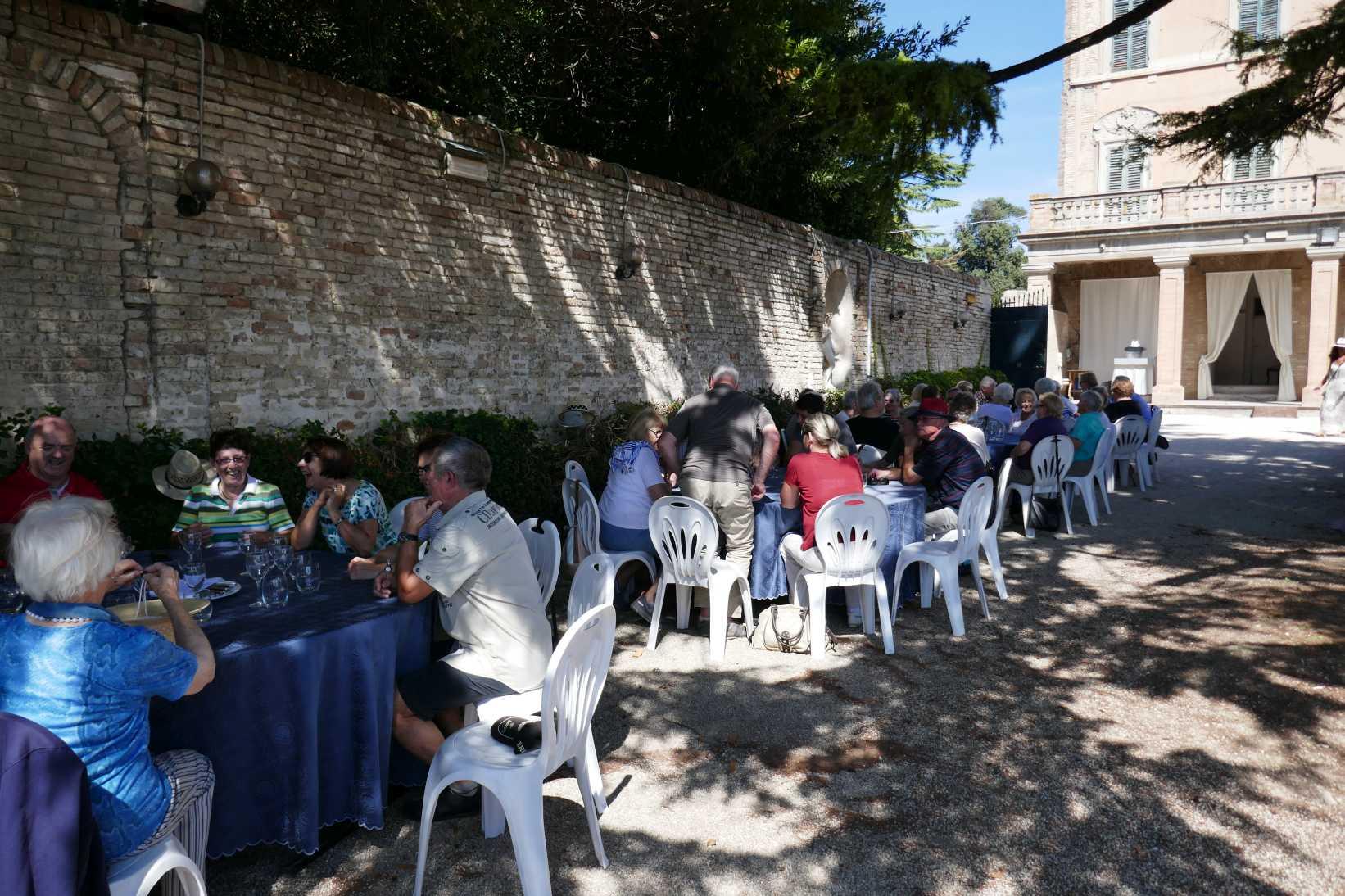 Mittagsbuffet im Park der Villa Buonaccorsi