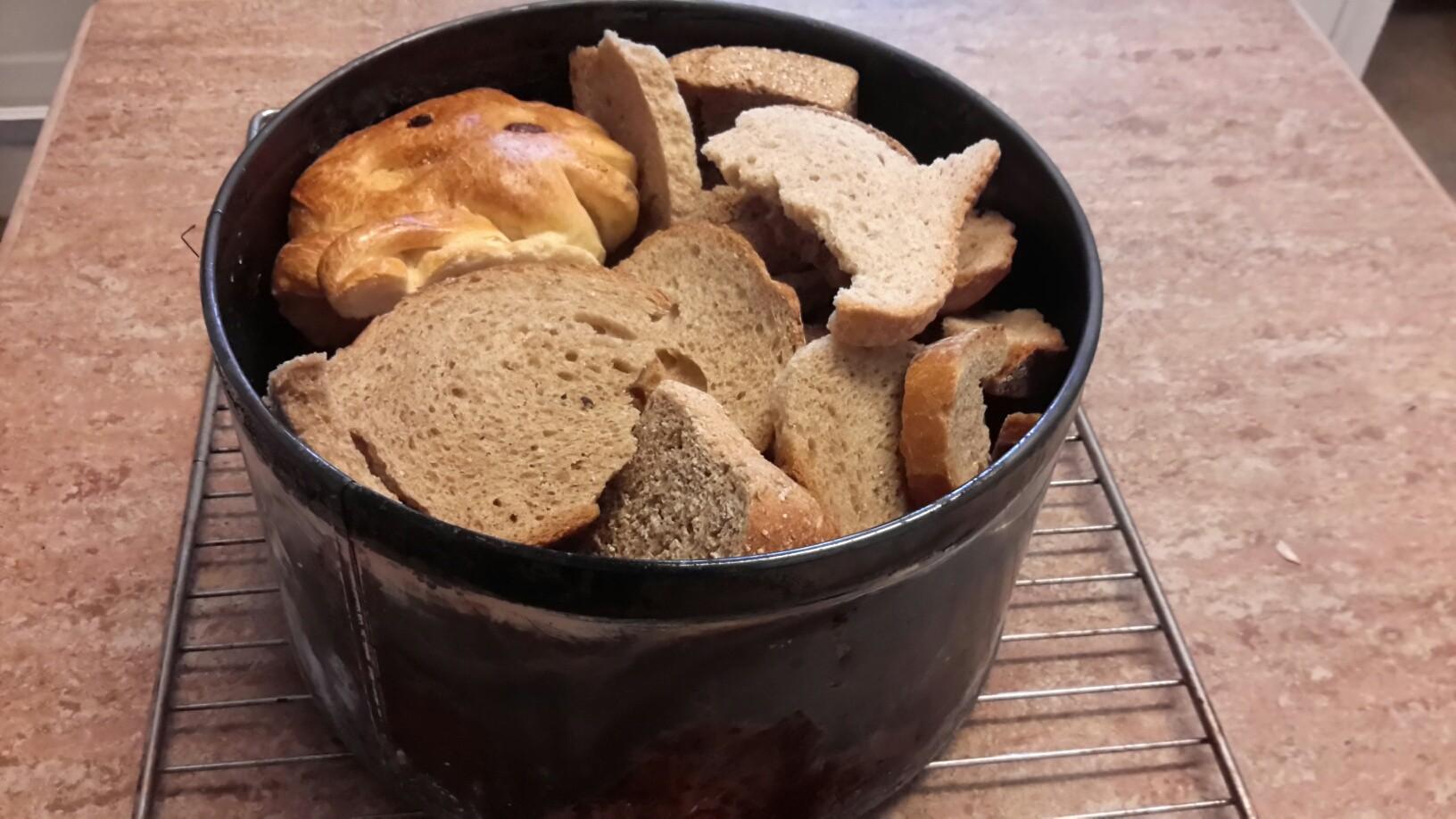 Auch Altes Brot in einen Blechdosen füllen.