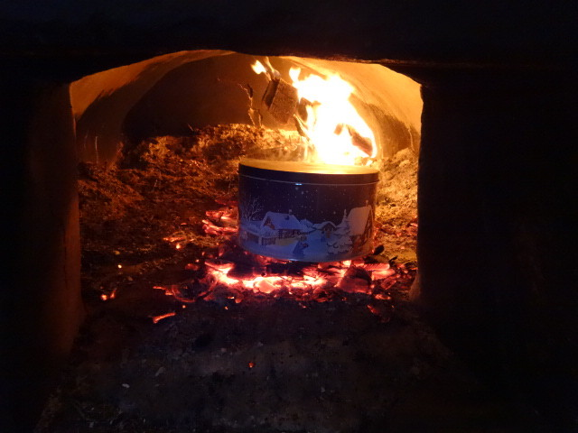 Blechdosen geschlossen ins Feuer legen.