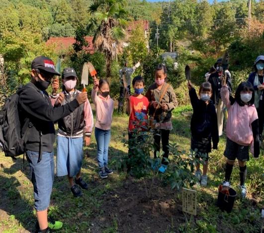神の子さん達の健やかな成長を願って『 開園 10周年記念植樹 』をしました