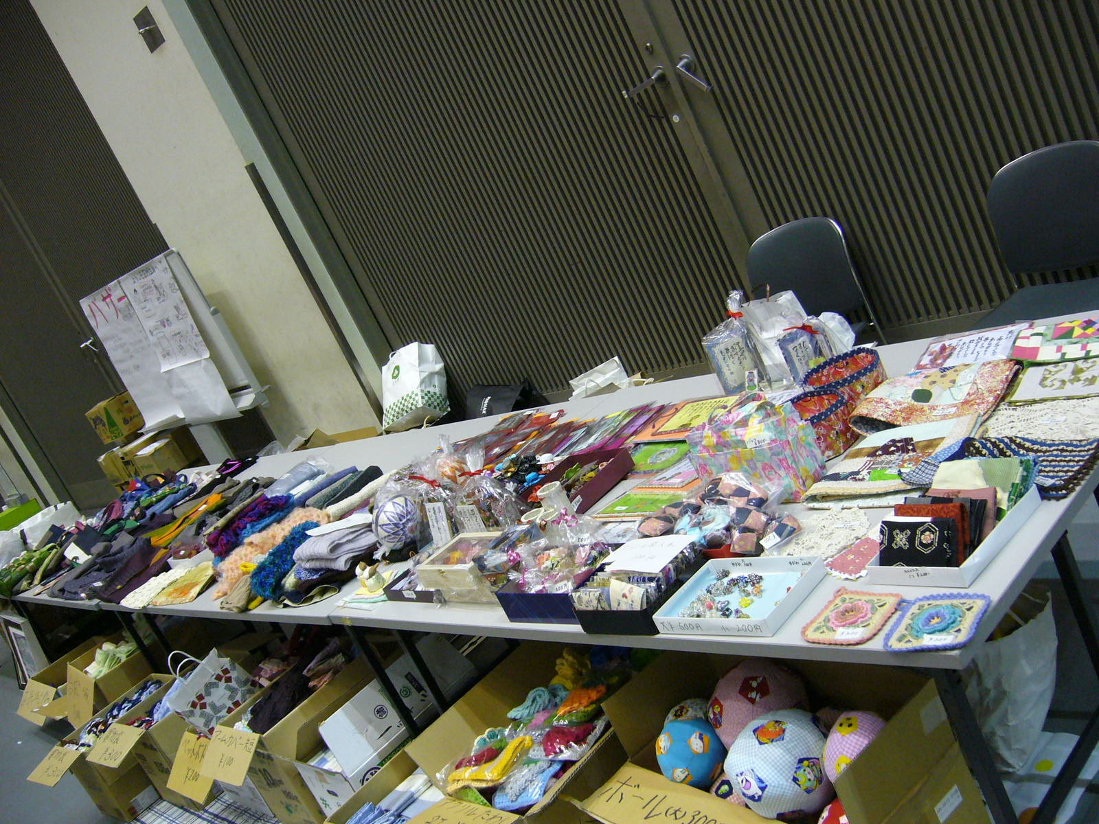 東日本復興支援バザーはすべて信徒さんたちの手作り品です