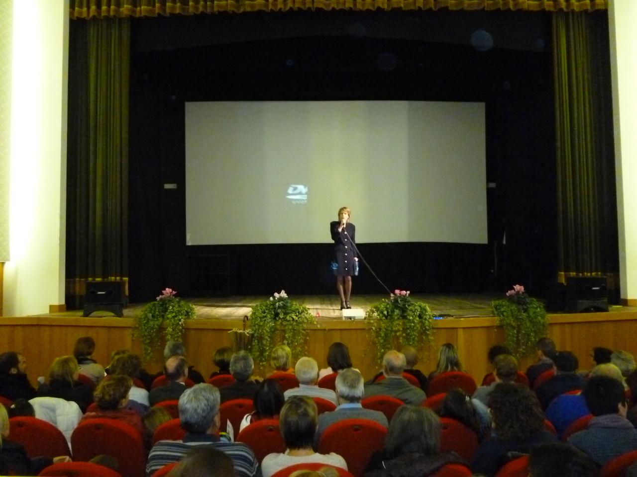 La presentatrice della serata, nonchè attrice nel ruolo di Elodie Myer Moncher, Ivana Rizzardi della Compagnia Filodrammatica di Coredo