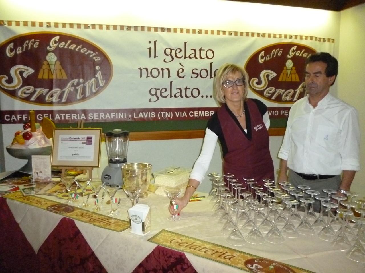 """Brindisi nel foyer del teatro con il """"Cocktail Guido Moncher"""" creato ed offerto dalla gelateria Serafini e un piccolo rinfresco per i presenti"""