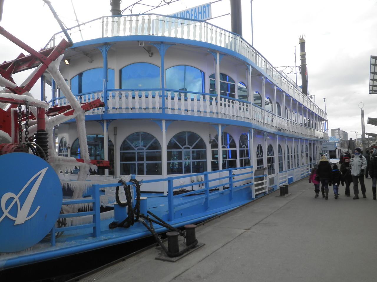 Eines der Boote der Hafenrundfahrt