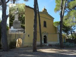 vue de l'entrée de Notre Dame de Grâces à  Cotignac Var