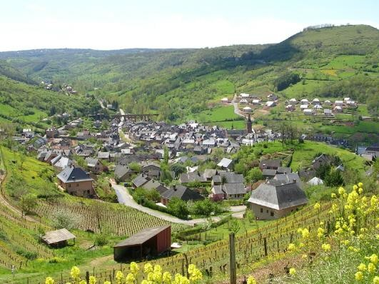 Marcillac-vallon et son vignoble à 4 km du gîte de Montredon à Salles la Source en Aveyron