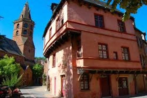 Marcillac-vallon et ses maisons moyénageuses à 4 km du gîte de Montredon à Salles la Source en Aveyron
