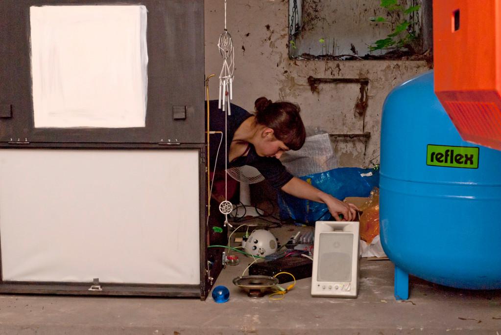 Im Keller des Atelierhauses: Mariela Canzler bei der Vorbereitung zu eine Licht-Performance