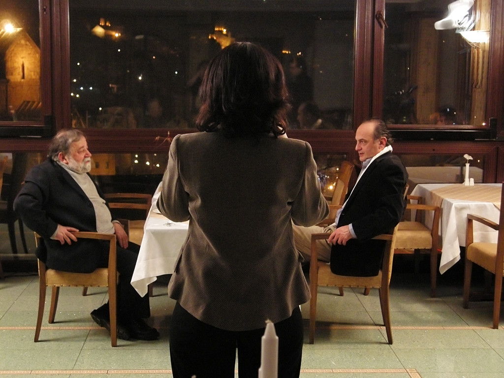 """Rezo vs. Rezo""  Gesprächsrunde in einem Lokal"
