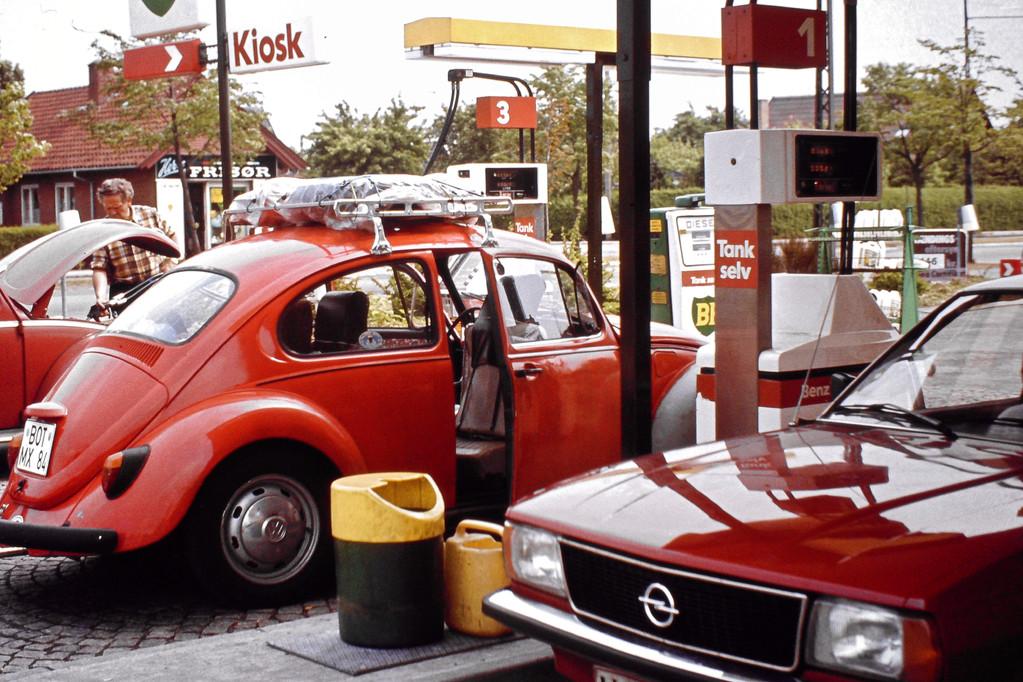"""unser Fahrzeug, ein """"marsroter"""" VW-Käfer"""