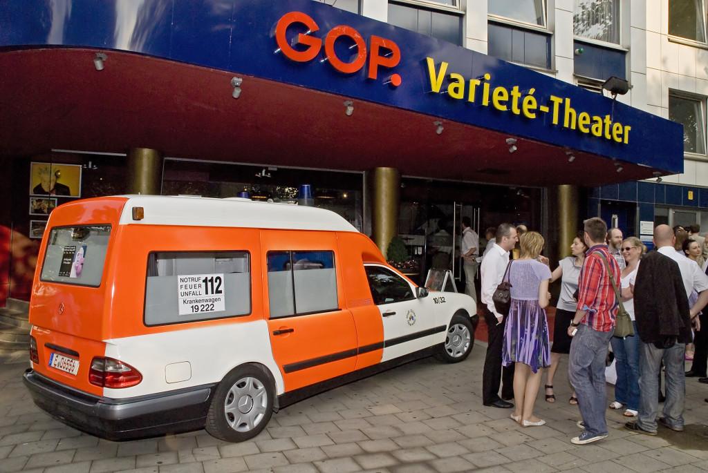 Der gestiftete Krankenwagen vor dem GOP-Varieté-Theater in Essen