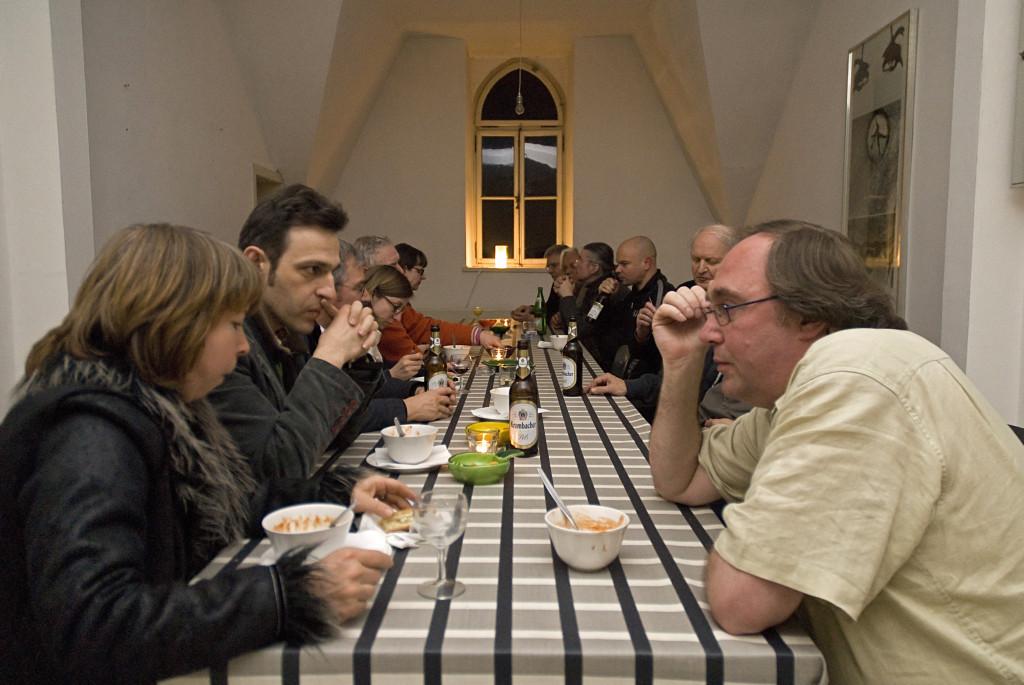 Diskussion bei Essen und Trinken