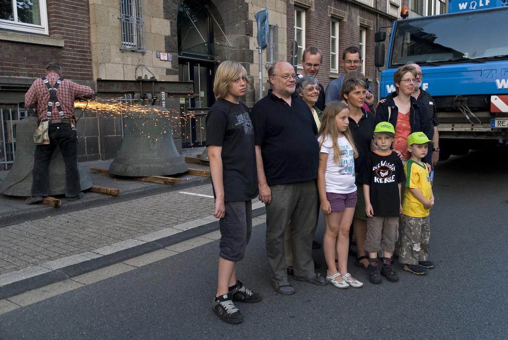 Gruppenfoto vor den Glocken