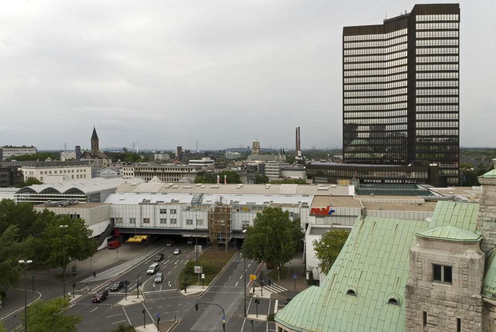 Blick vom Kirchturm auf Rathaus und Einkaufszentrum