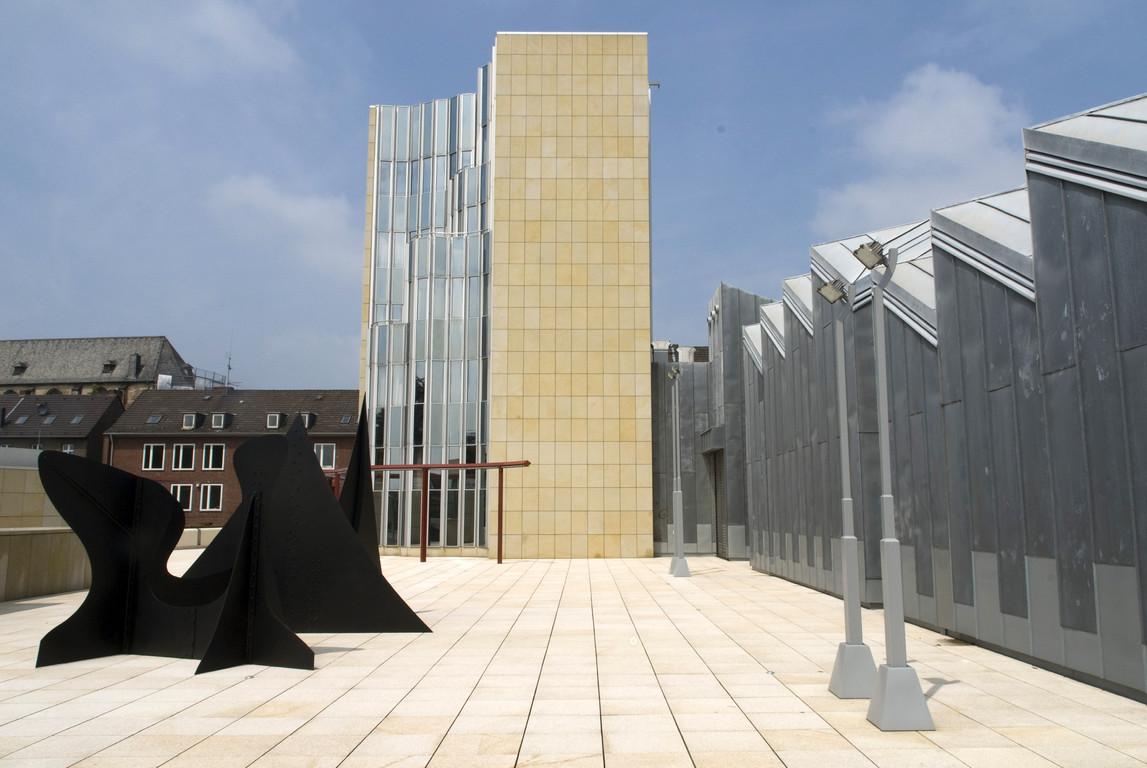 Museumshof mit Skulptur von Alexander Calder