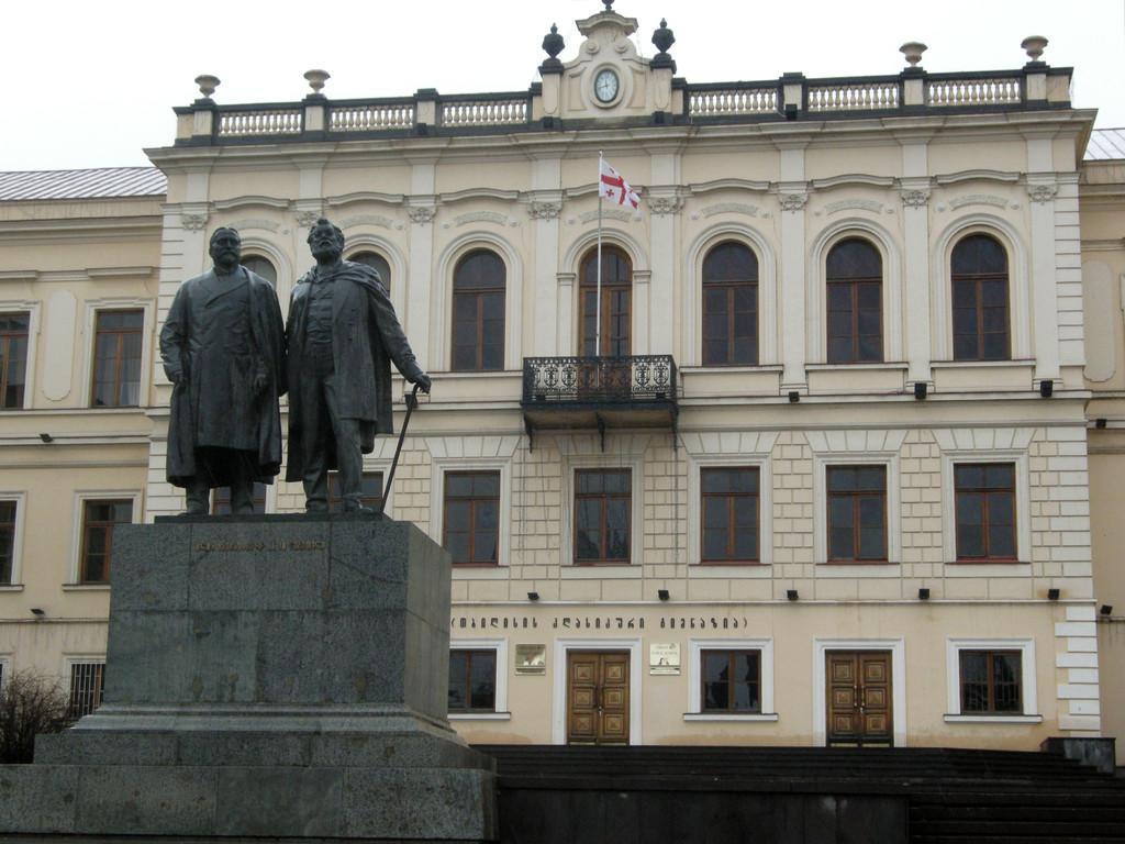 Schule Nr. 1 mit Denkmal der georgischen Denker Ilia Tschawtschadwa und Akaki Zereteli am Rustaveli Boulevard