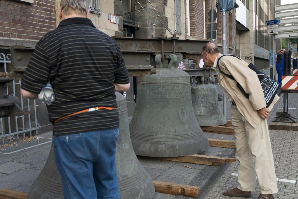 Vorbereitung der Glocken zum Heben in den Kirchturm